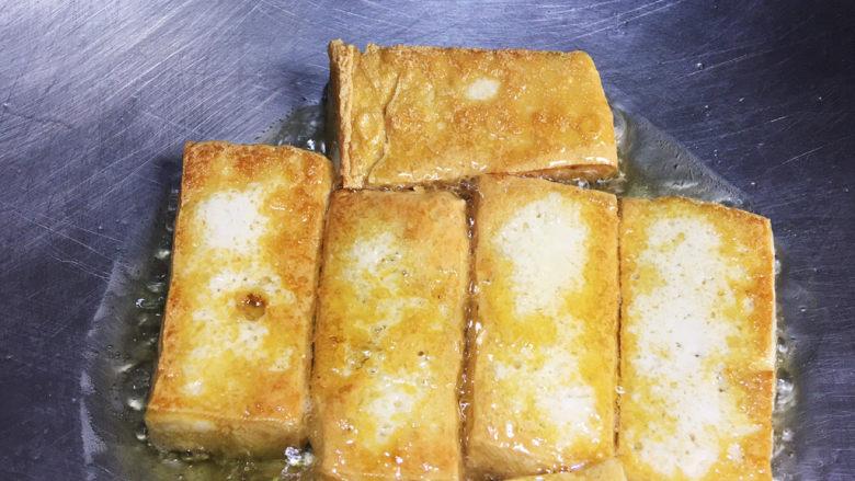 白菜豆腐汤,煎至两面微黄出锅备用