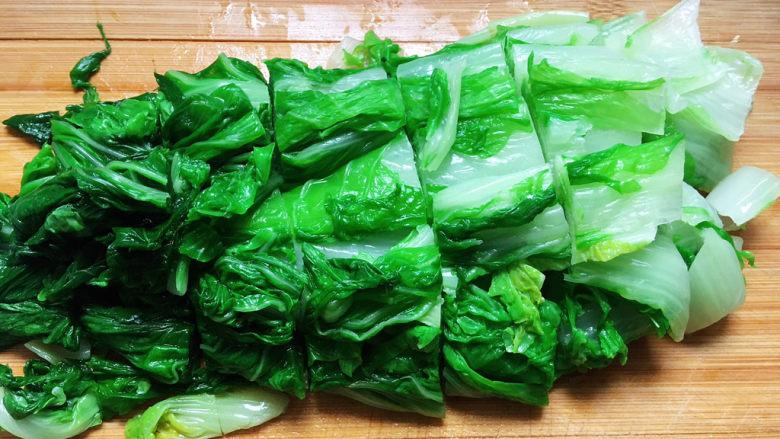白菜豆腐汤,<a style='color:red;display:inline-block;' href='/shicai/ 112'>小白菜</a>冲洗干净,开水焯烫,去掉多余的草酸,过冷水,切成一寸左右的长段