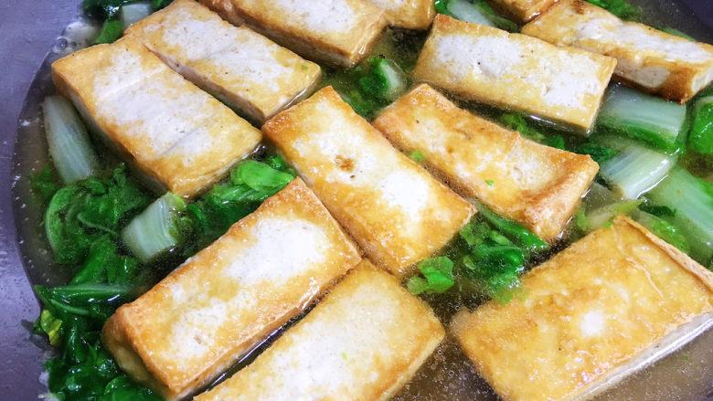 白菜豆腐汤,煎好的豆腐回锅