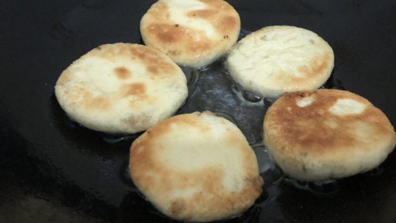 梅干菜烧饼,煎至微黄翻过来煎另一面,两面煎好起锅(约6分钟左右)