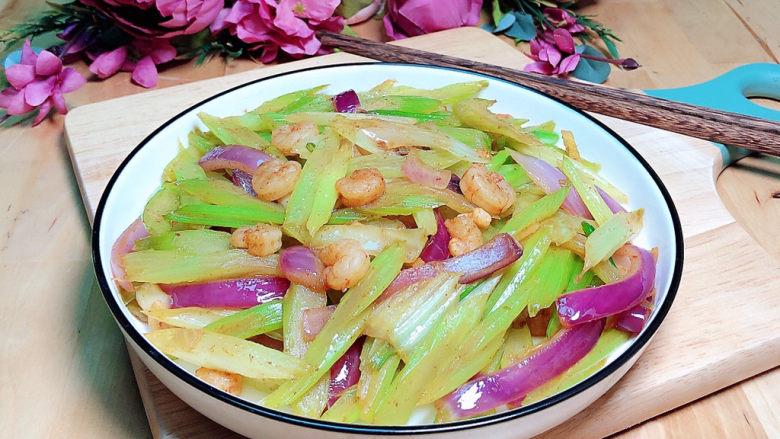 西芹炒虾仁,一盘色香味俱全的西芹炒虾仁就上桌了!