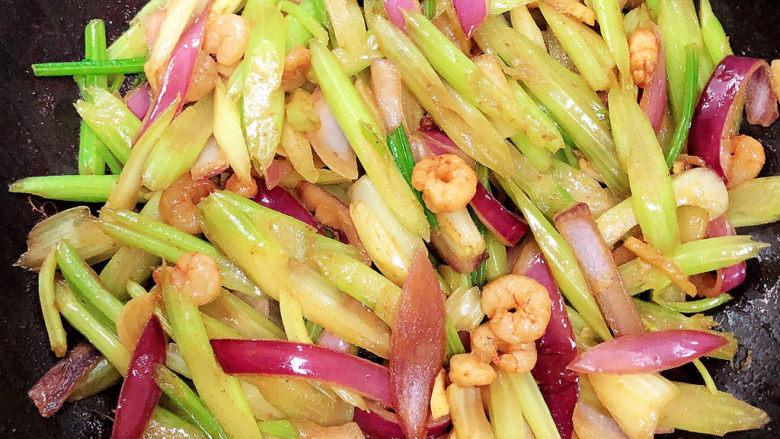 西芹炒虾仁,将所有食材翻炒均匀即可出锅了。