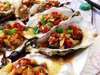 蒜蓉生蚝,这道菜做法简单,蒜香浓郁,蚝肉鲜嫩,营养美味,喜欢的小伙伴们一起来试试吧😄