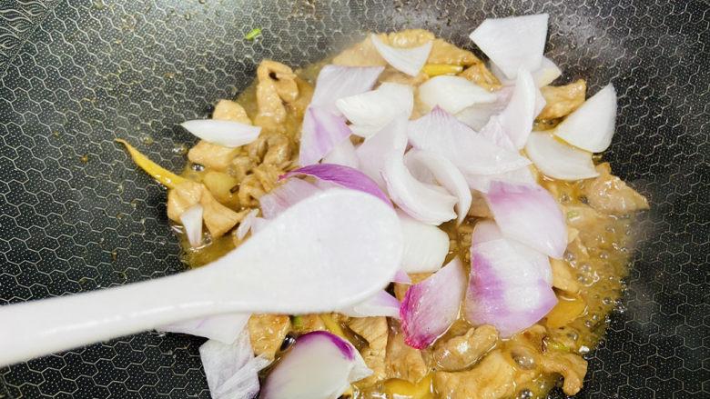 洋葱炒肉片,根据个人口味加入适量盐