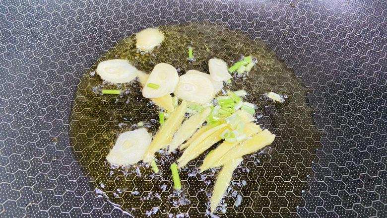 洋葱炒肉片,起油锅放入姜葱蒜爆香