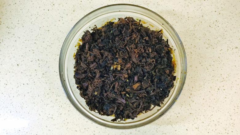 梅干菜肉包,装入已经腌制入味的肉馅上,淋入食用油