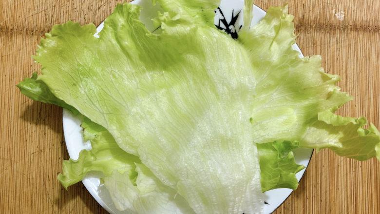 黑胡椒土豆泥,取几叶结球生菜,冲洗干净,垫在盘中