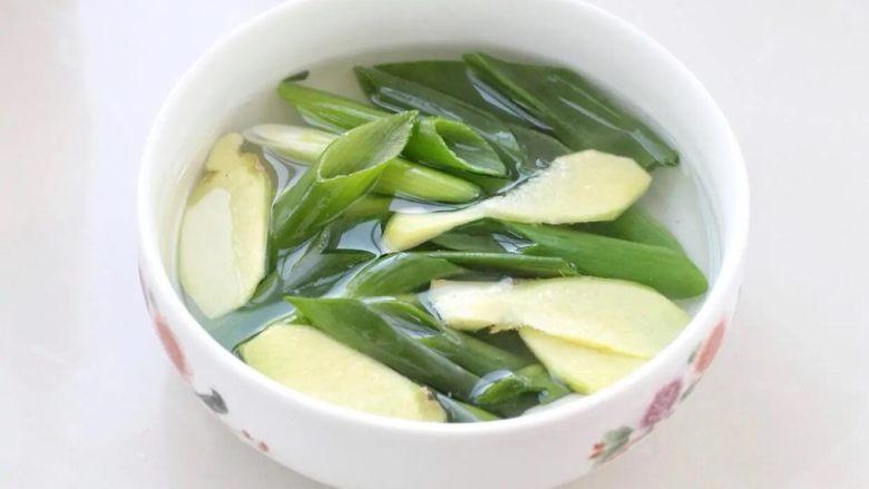 酸辣馄饨,将两根葱切成小段,再切5-6片姜,一同放进碗中加入沸水浸泡半小时以上。