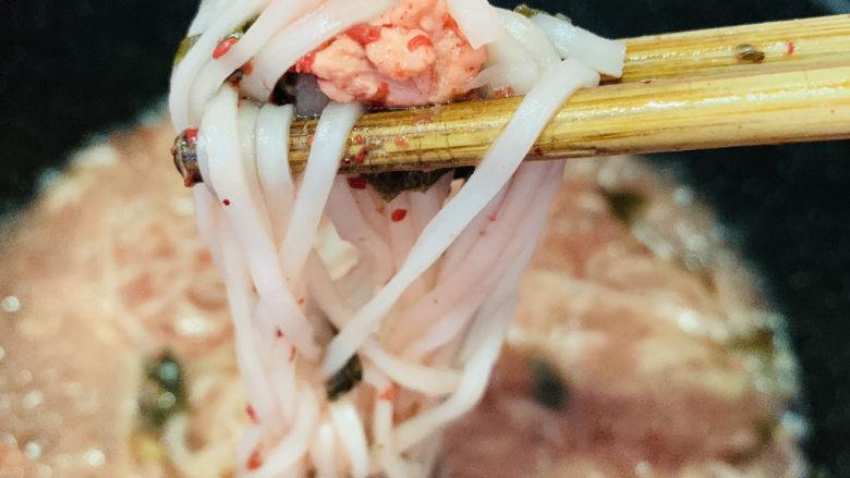 酸菜肉丝面,面条就可以起锅