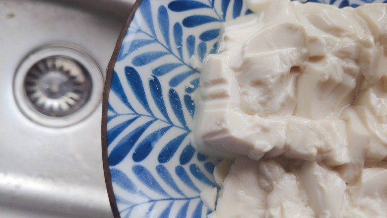 白菜豆腐汤,撇去豆腐静置过程中产生的水分