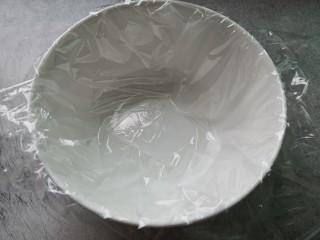黑胡椒土豆泥,趁着蒸土豆的时间,准备一个小碗,里面放上保鲜膜,方便脱模