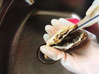 蒜蓉生蚝,再用小刀把连接蚝壳的蚝蒂切断,蚝壳就打开了