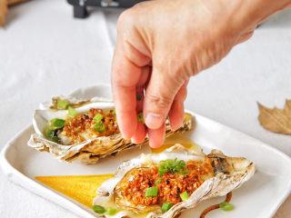 蒜蓉生蚝,OK打开烤箱,哇哦!满屋飘着蚝的鲜味儿,撒上香葱碎,快吃吧,都要流口水了