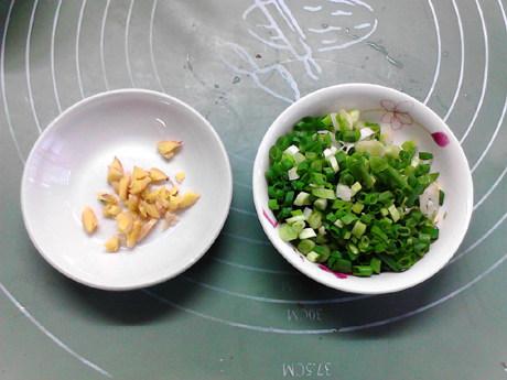 白菜豆腐汤,生姜拍碎,葱洗净切成葱花,备用。