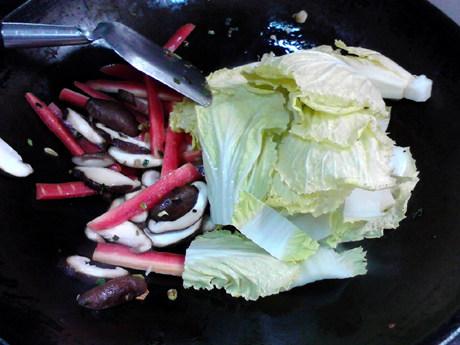 白菜豆腐汤,再放入白菜略微翻炒。