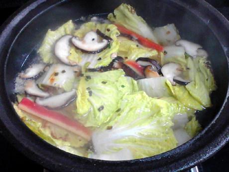 白菜豆腐汤,放入炒过的食材,滚开后煮约10分钟。