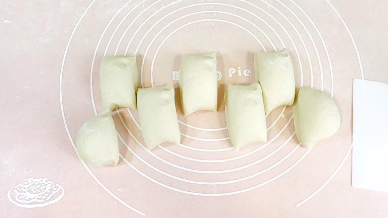 梅干菜烧饼,搓成长条,切成大小均匀的小剂子