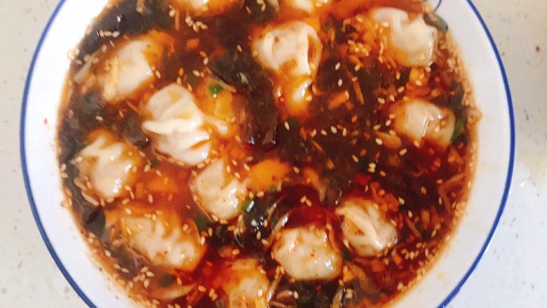 酸辣馄饨,捞入碗中加入适量的汤