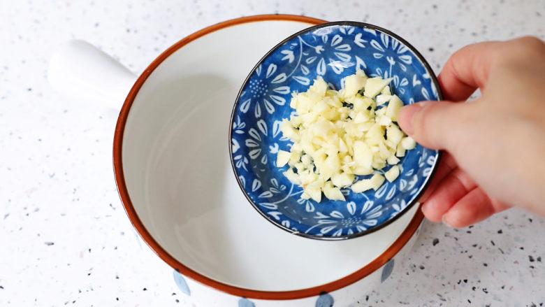 酸辣馄饨,碗中加入蒜末