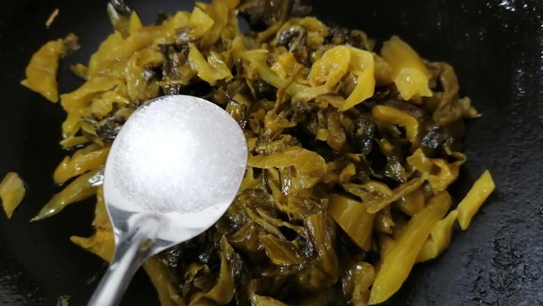 酸菜肉丝面,加入一勺白糖去除酸菜的酸味,无需另外加盐酸菜比较咸