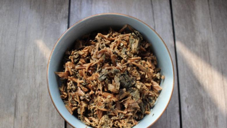 梅干菜肉包,梅菜干提前两小时,浸泡洗净,可以切碎一点。