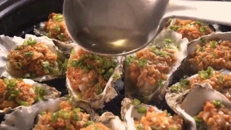 蒜蓉生蚝,再起锅烧油,给每个生蚝都淋一遍热油,瞬间满屋飘香