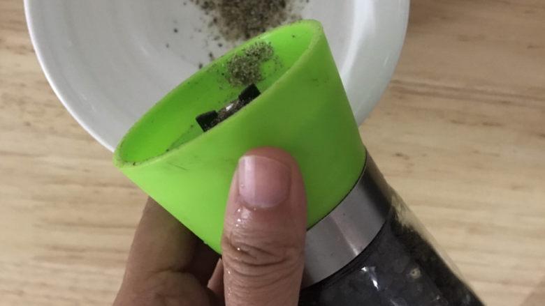 黑胡椒土豆泥,准备一个碗调酱料,假如胡椒粉适量