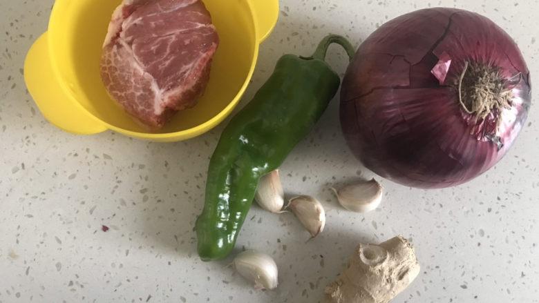 洋葱炒肉片,准备食材备用
