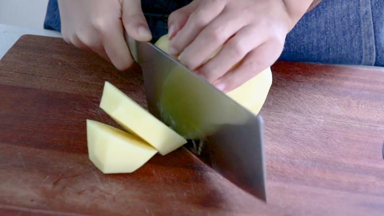 黑胡椒土豆泥,先将土豆切成厚片