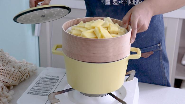 黑胡椒土豆泥,将土豆放入蒸屉中,水开后蒸20分钟左右