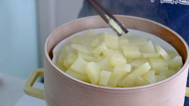 黑胡椒土豆泥,土豆蒸到用筷子能轻易夹断的程度就可以了