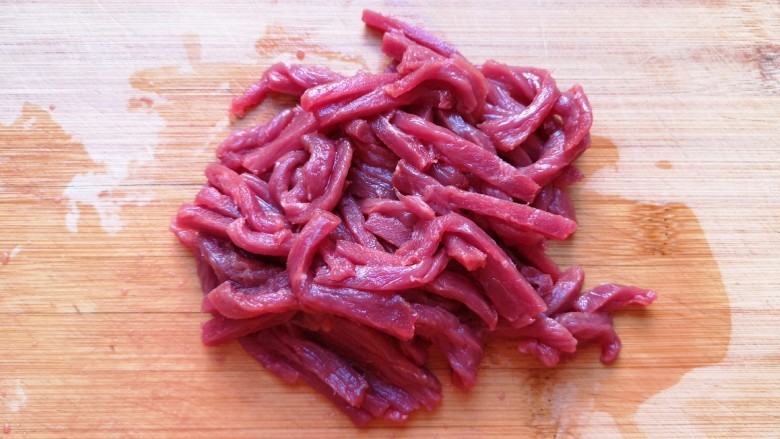 西芹炒牛肉,<a style='color:red;display:inline-block;' href='/shicai/ 216'>牛肉</a>切成丝。