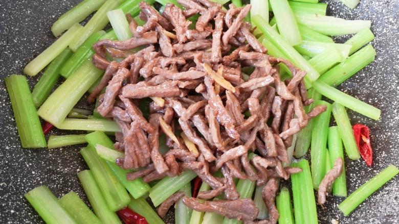 西芹炒牛肉,下入炒好的牛肉丝。