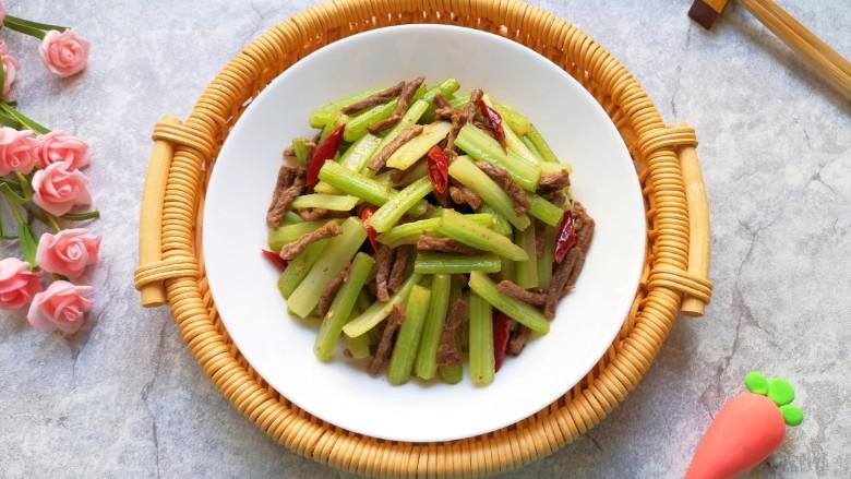 西芹炒牛肉,芹菜清脆,牛肉滑嫩。