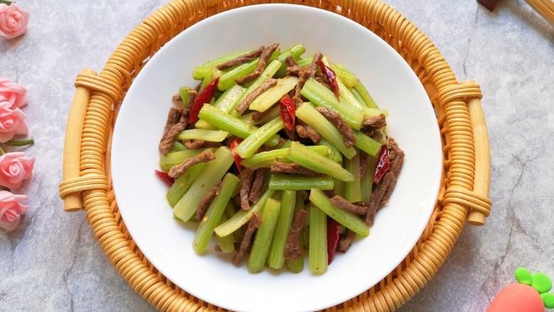 西芹炒牛肉,营养丰富的一道家常菜。