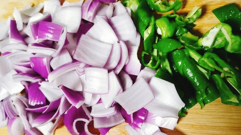 洋葱炒肉片,将洋葱青椒切块