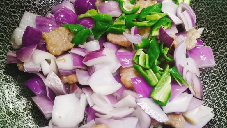 洋葱炒肉片,加入青椒