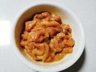 洋葱炒肉片,将肉片抓拌均匀腌制入味