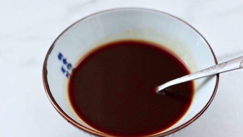 番茄金针菇肥牛汤,加入少许清水混合搅拌均匀。