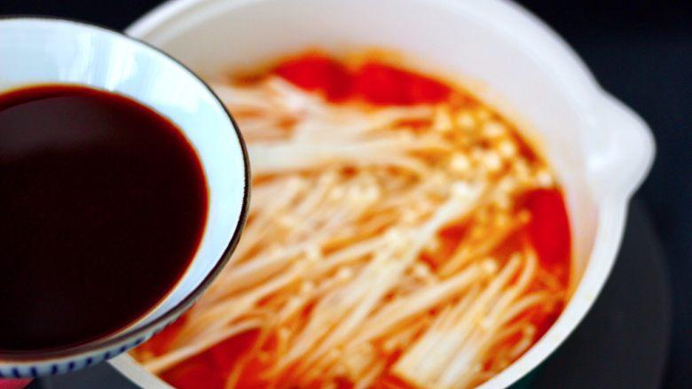 番茄金针菇肥牛汤,加入调制好的调料汁。