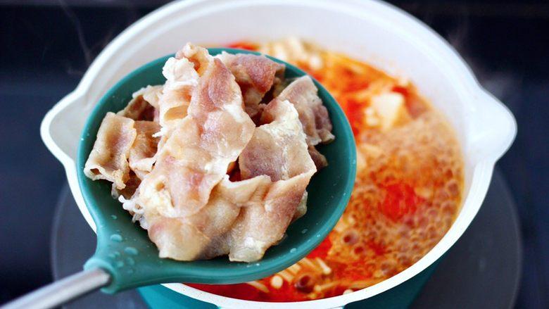 番茄金针菇肥牛汤,加入煮熟的肥牛。