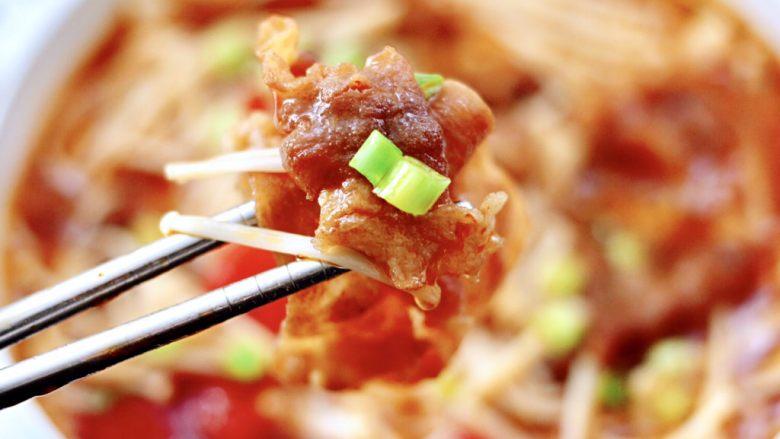 番茄金针菇肥牛汤,酸甜可口的番茄金针菇肥牛汤就做好了,好吃到连汤汁都不剩。