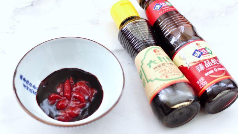 番茄金针菇肥牛汤,碗里倒入味达美臻品<a style='color:red;display:inline-block;' href='/shicai/ 721'>蚝油</a>和六月鲜特级原汁酱油,<a style='color:red;display:inline-block;' href='/shicai/ 46553'>蕃茄酱</a>。