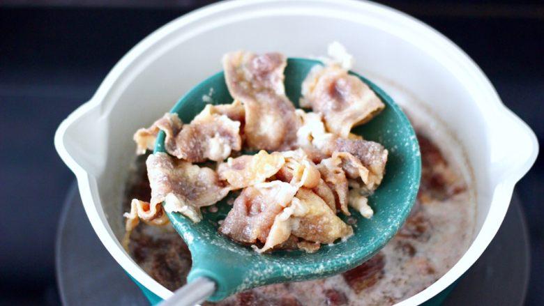 番茄金针菇肥牛汤,焯至变色煮熟捞出沥干水分。