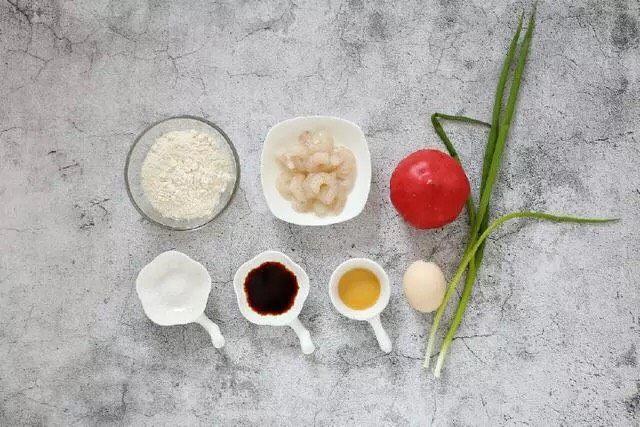 西红柿面疙瘩,准备好所需食材和调味品。