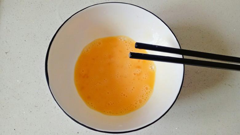 鸡蛋小米粥,用筷子快速搅打均匀