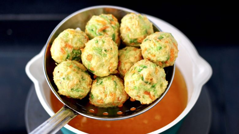 萝卜豆腐丸子,看见丸子两面金黄色先捞出沥干油分。