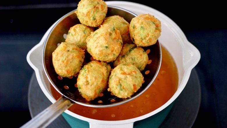萝卜豆腐丸子,看见炸至丸子变成金黄色即可捞出沥干油分。