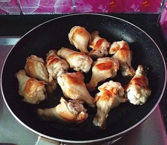 可乐鸡翅根,将鸡翅根煎至金黄