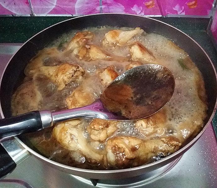 可乐鸡翅根,烧开后,撇去表面浮沫
